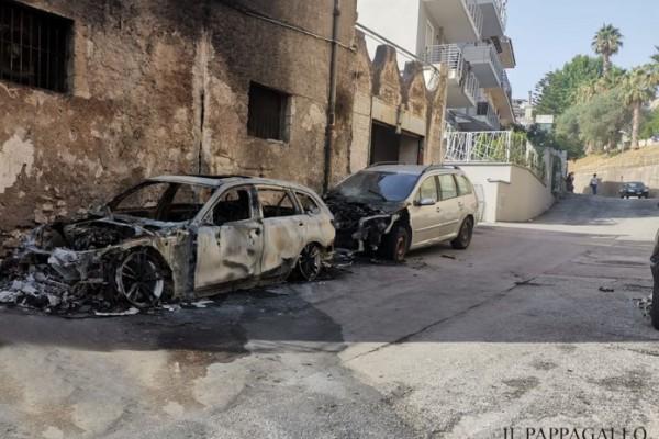 Palma Campania, due auto in fiamme nella notte a Vico