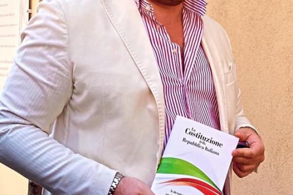 Camposano, il consigliere Antonio Giuliano dona il testo della Costituzione ai diciottenni del suo paese