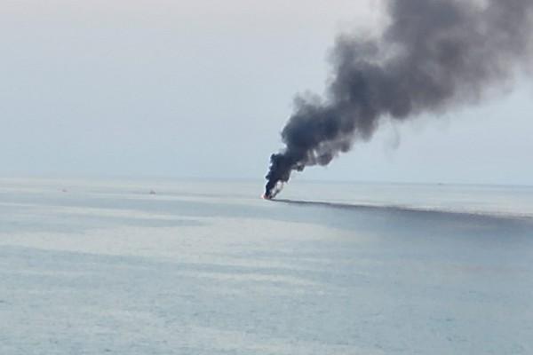 Barca in fiamme ad Agnone: sgomento in spiaggia, un palmese riprende l'accaduto